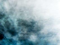 Fundo meditativo da água de fluxo do verde azul imagem de stock royalty free
