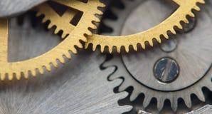 Fundo metálico com maquinismo de relojoaria das rodas denteadas do metal Macro Fotografia de Stock