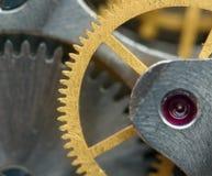 Fundo metálico com rodas denteadas do metal um maquinismo de relojoaria Fotos de Stock Royalty Free