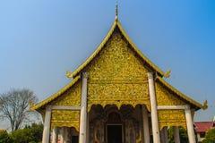 Fundo modelado dourado do estilo de Lanna na extremidade de frontão budista da igreja Fundo dourado tailandês do teste padrão cra fotos de stock