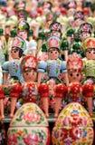 Fundo moderno das bonecas do assentamento fotografia de stock