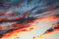 Fundo natural com uma paisagem nebulosa celestial no por do sol imagem de stock