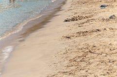 Fundo natural da praia Yellow Sea no dia ensolarado limpo do verão Fotos de Stock Royalty Free