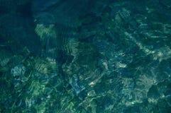 Fundo natural da textura da água do rio da montanha imagens de stock