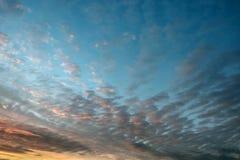 Fundo natural do céu e da nuvem coloridos durante o nascer do sol e o por do sol do tempo fotografia de stock