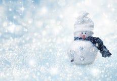 Fundo natural do inverno com neve e boneco de neve fotos de stock royalty free