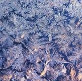 fundo natural do Natal bonito com teste padrão gelado no vidro do inverno iluminado pela luz solar fotografia de stock royalty free