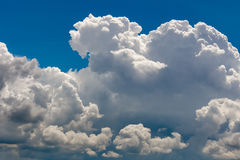 Fundo nebuloso do céu azul do cúmulo dramático vívido Imagens de Stock Royalty Free