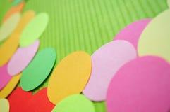 Fundo obscuro. Círculos simples do arco-íris. Fotografia de Stock Royalty Free