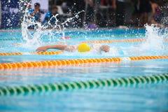 Fundo obscuro da água da gota do respingo na raça da natação Imagens de Stock