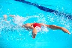 Fundo obscuro da água da gota do respingo na raça da natação Fotos de Stock Royalty Free