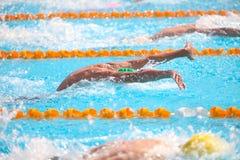 Fundo obscuro da água da gota do respingo na raça da natação Imagem de Stock Royalty Free