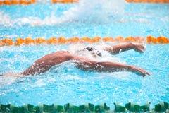 Fundo obscuro da água da gota do respingo na raça da natação Imagens de Stock Royalty Free