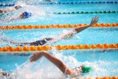 Fundo obscuro da água da gota do respingo na raça da natação com swi Fotografia de Stock