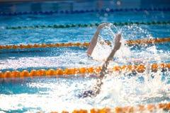 Fundo obscuro da água da gota do respingo na raça da natação com swi Imagens de Stock Royalty Free