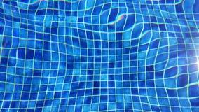 Fundo, ondas de água e linhas abstratos de telha azul na piscina com reflexão brilhante da luz solar vídeos de arquivo