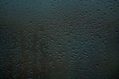 fundo ou textura É muito pequeno uma chuva deixa cair no vidro de janela Dia chuvoso da mola imagens de stock