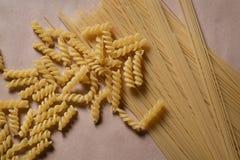Fundo ou textura crua do alimento do macarrão italiano: massa, espaguete, massa na forma da espiral imagens de stock