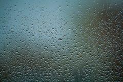 fundo ou textura ? muito pequeno uma chuva deixa cair no vidro de janela Dia chuvoso da mola foto de stock royalty free
