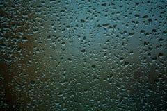 fundo ou textura ? muito pequeno uma chuva deixa cair no vidro de janela Dia chuvoso da mola imagem de stock royalty free