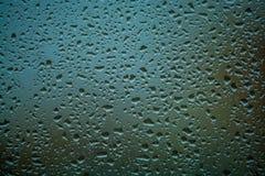 fundo ou textura ? muito pequeno uma chuva deixa cair no vidro de janela Dia chuvoso da mola fotografia de stock royalty free
