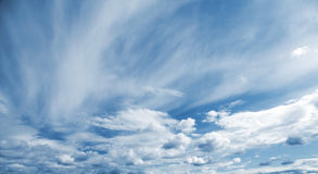 Fundo panorâmico azul do céu nebuloso fotografia de stock royalty free
