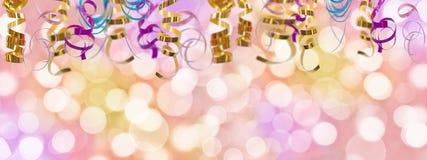 Fundo panorâmico colorido do feriado com fita e luzes borradas do bokeh foto de stock
