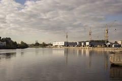 Fundo para guindastes no porto durante o nascer do sol Imagem de Stock Royalty Free