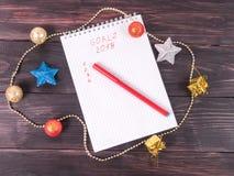 Fundo para o cartão de Natal, os ramos do abeto e os ornamento, vista superior Fotografia de Stock Royalty Free