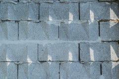 Fundo, parede de grandes blocos cinzentos do tijolo com testes padrões triangulares Foto de Stock Royalty Free
