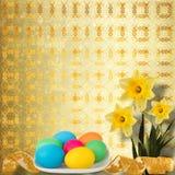 Fundo Pastel com ovos e o narciso coloridos Fotos de Stock Royalty Free
