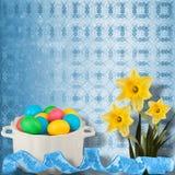Fundo Pastel com ovos e o narciso coloridos Fotografia de Stock