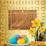 Fundo Pastel com ovos e o narciso coloridos Imagem de Stock