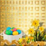 Fundo Pastel com ovos e o narciso coloridos Fotografia de Stock Royalty Free