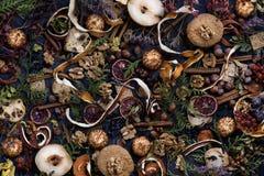 Fundo, pastelaria, especiarias e porcas da decoração da ação de graças na tabela de madeira rústica Fotografia de Stock Royalty Free