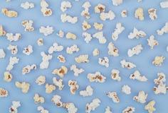Fundo Pipoca em um fundo azul pastel, vista superior Conceito do cinema la liso imagem de stock