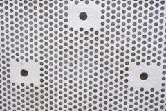 Fundo plástico com círculos, tom branco, grande para o projeto Textura com perfuração de furos redondos Placa branca com pontos fotografia de stock royalty free