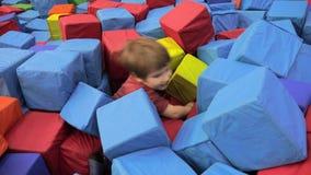 Fundo positivo das emoções Os mergulhos do menino na associação encheram-se com os blocos macios Estilo de vida do Preschooling J filme