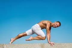 Fundo praticando do céu azul da ioga do homem Paz de espírito alcançada Meditação e conceito da ioga Equilíbrio do achado das aju imagens de stock
