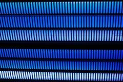 Fundo preto com fileiras de linhas grossas azuis vívidas Imagens de Stock Royalty Free