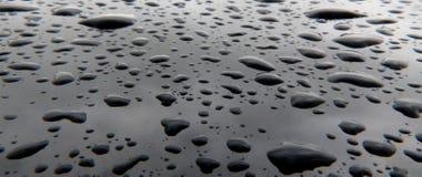 Fundo preto com gotas da água Fotografia de Stock Royalty Free