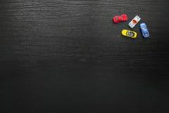 Fundo preto com os carros coloridos do brinquedo foto de stock royalty free