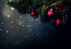 Fundo preto da decoração do Natal - ramos de árvore do abeto no bl Fotos de Stock Royalty Free