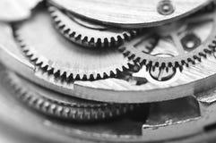 Fundo preto e branco com rodas denteadas do metal um maquinismo de relojoaria Imagens de Stock Royalty Free