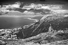 Fundo preto e branco das torres da rocha do zen de Noruega Imagem de Stock