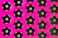 Fundo preto e branco de muitas bolas de futebol Bolas do futebol em uma água fotos de stock royalty free