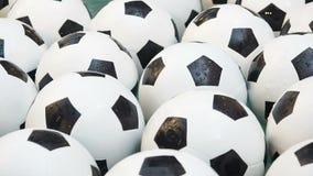 Fundo preto e branco de muitas bolas de futebol Bolas do futebol que nadam em uma água pura filme