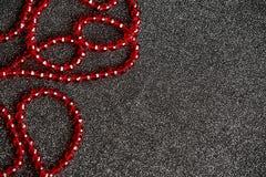 Fundo preto festivo do Natal com a decoração vermelha para a cópia Foto de Stock