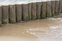 Fundo, quebra-mares de madeira pelo sea2 fotografia de stock