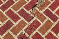Fundo rachado vermelho do fundo do grunge da pedra de pavimentação do tijolo imagens de stock royalty free